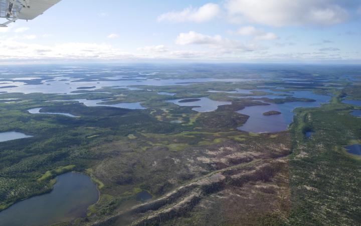 Manitoba: Blick aus dem Flugzeug auf das North Seal (und auf einen der langen Esker).